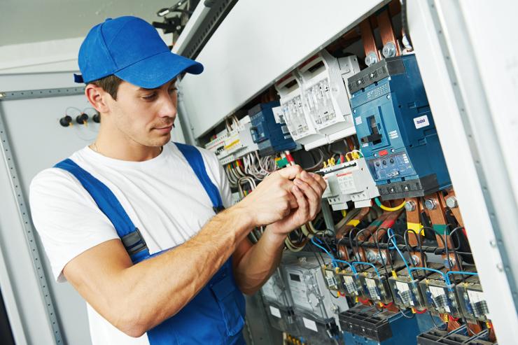 Преимущества услуг профессиональных электриков