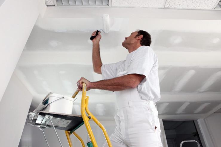 Покраска потолка из гипсокартона: важные правила и рекомендации